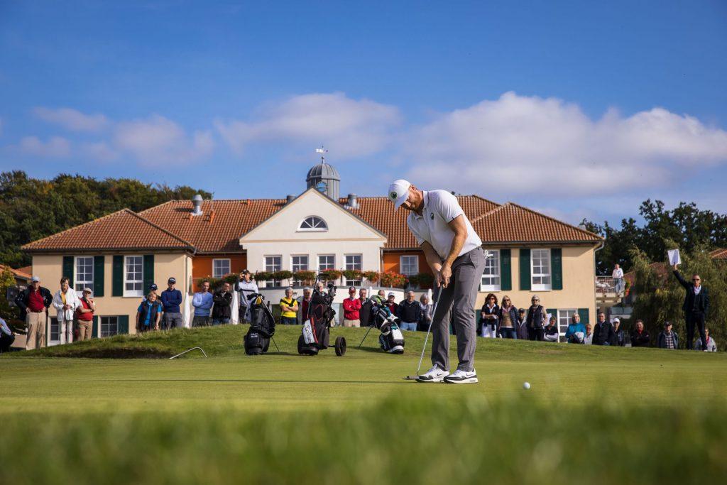 Philipp Mejow beim finalen Siegerputt beim Finale der Pro Golf Tour in Adendorf (Foto: Stefan Heigl).