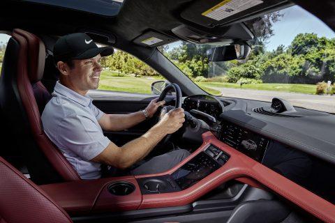 Paul Casey fahrend in einem Porsche