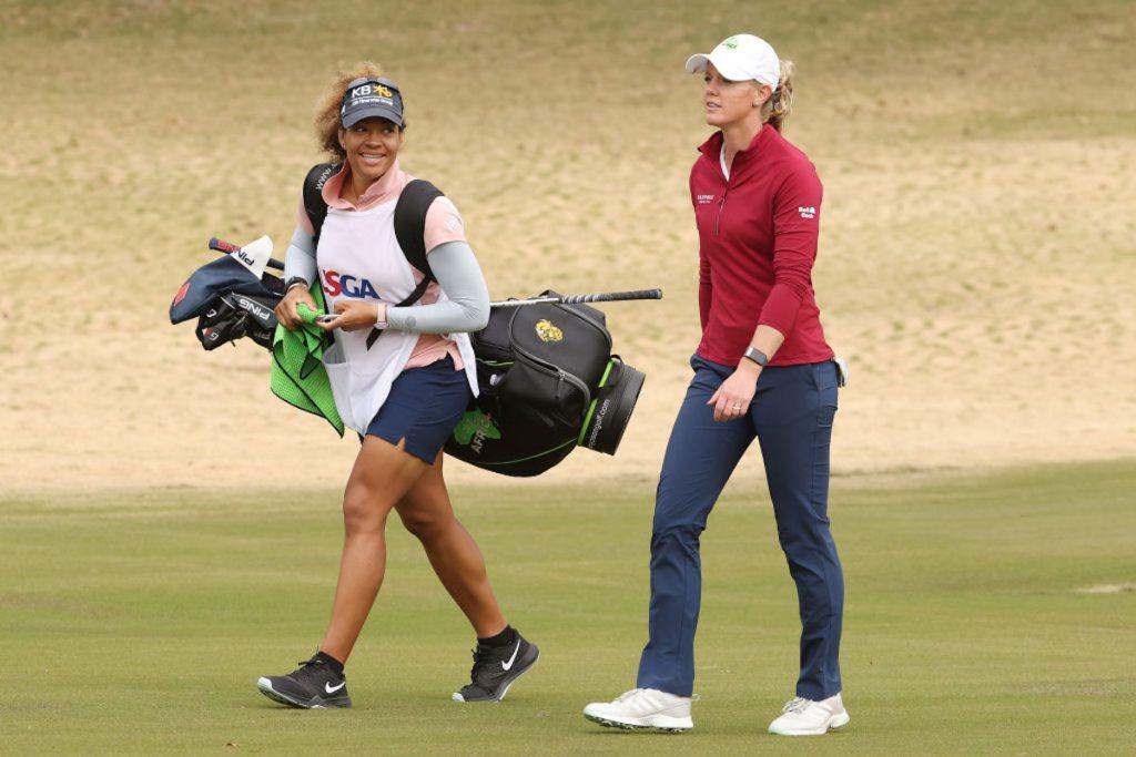 Die US-Amerikanerin Amy Olson spielt solide bei der US Women's Open 2020. Nach Runde 1 führte sie, nach Runde zwei liegt Olson noch auf Rang 3. Hier zu sehen mit Caddie, Taneka Sandiford. (Foto: Getty Images)