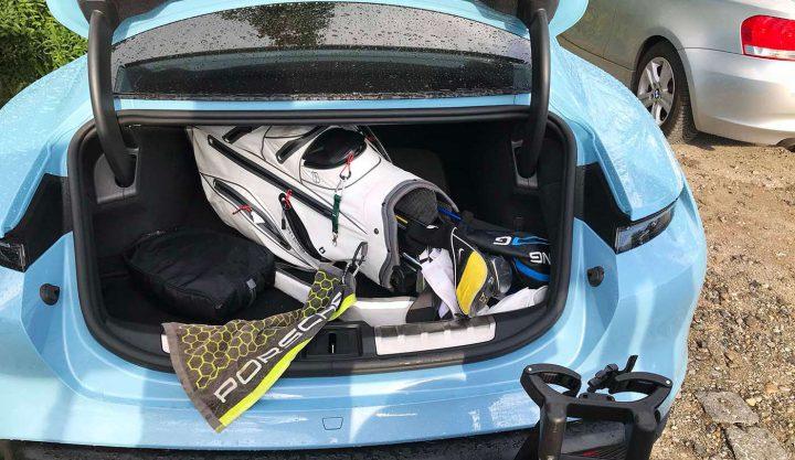 """Der """"Taycan 4S"""" von Porsche: Platz für Bag und Trolley (©PvS)."""