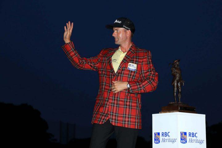 Winken in die Dunkelheit: Webb Simpson mit dem obligatorischen Sakko für den Turniergewinn beim Heritage