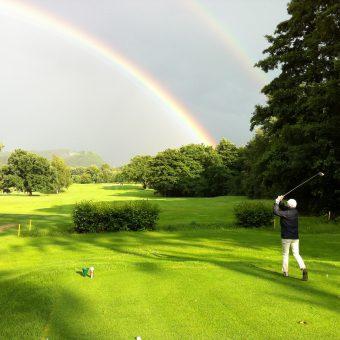 Dieses schöne Foto ziert den Titel der Regionalausgabe golf Club Magazin #2 GVNB. Bahn 14 des GC Harz mit Blick auf den Burgberg