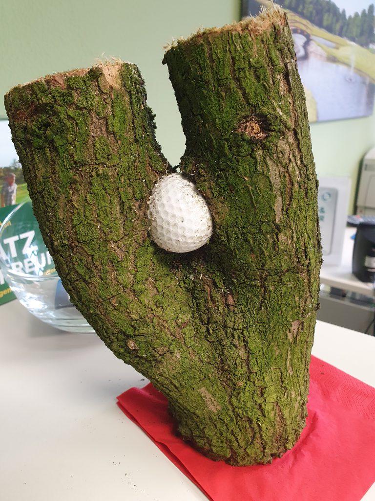 Dieser Ball war offensichtlich nicht mehr spielbar oder auffindbar. Gefunden im Oldenburgischer GC.