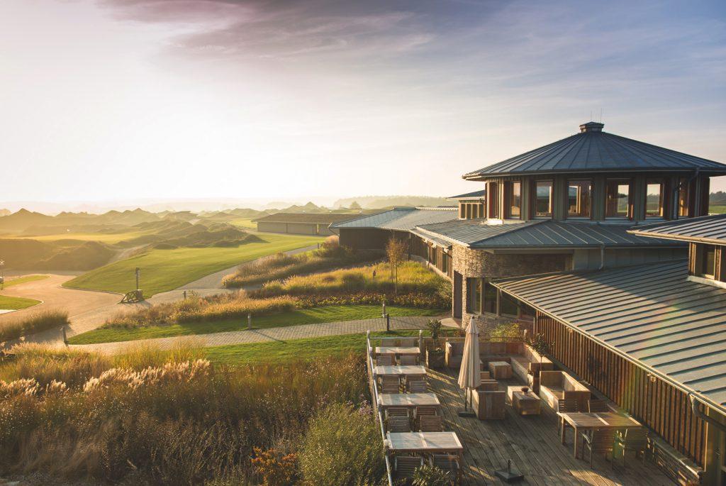Das imposante Clubhaus von WINSTONgolf auf dem die WINSTONgolf Senior Open 2021 als Invitational mit 20 Top-Spielern der Legens Tour ausgetragen werden.